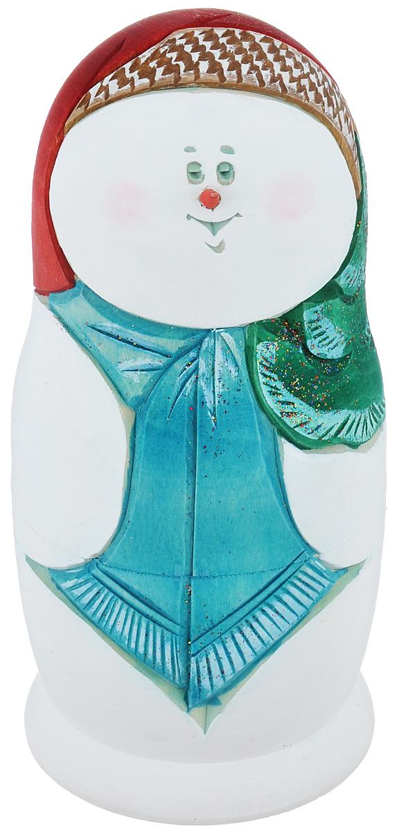 Набор игрушек-матрешек Василиса Снеговик с голубым шарфом, 5 мест, высота 16 см. Ручная работам5с.ко.снгИгрушки-матрешки Василиса Снеговик с голубым шарфом - один из самых популярных русских сувениров для подарка на любой случай и вкус. Эта игрушка по-прежнему вызывает восторг у наших соотечественников и иностранцев. Ведь открывать таких кукол с сюрпризом очень нравится и детям, и не менее любопытным взрослым. Малыши с помощью чудесной игрушки получают свои первые представления о форме, цвете и величине предметов, о количестве и делении целого на части. Взрослым расписную матрешку принято дарить на счастье, удачу и финансовое благополучие. Набор состоит из 5 деревянных игрушек: 4 снеговиков и маленькой елочки. Помимо ручной работы и искусной росписи, в работе присутствует художественная резьба по дереву. Все фигурки разной формы. Имеется подпись автора. Порадуйте своих друзей и близких этим замечательным подарком! Комплектация: 5 шт. Размер самой большой матрешки: 8 см х 8 см х 16 см. Размер самой маленькой матрешки: 2 см х 2...