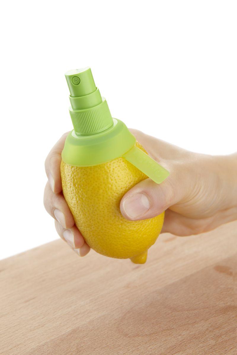 Цитрус-спрей Lekue, цвет: салатовый3400115V03U004Цитрус-спрей Lekue - это насадка с клапаном, выполнена из пластика. Предназначена для того чтобы придать фирменному блюду или напитку настоящий цитрусовый вкус. Метод использования очень прост: срежьте верхнюю часть цитрусового плода, ввинтите в мякоть и уникальный цитрусовый спрей готов. Насадку можно использовать для всех видов цитрусовых: лимонов и апельсинов, мандаринов, лаймов, грейпфрутов и других. Размер цитрус-спрея: 9,5 х 4,5 х 4,5 см.