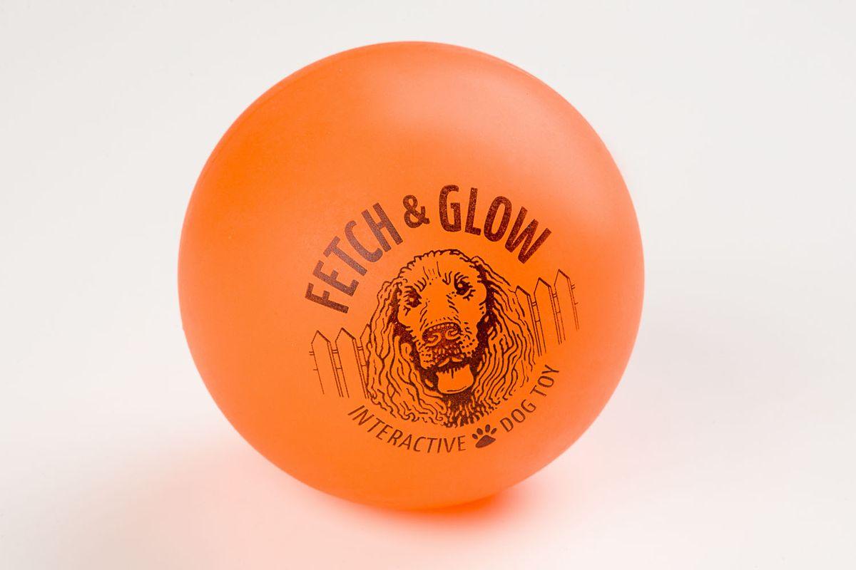 Светящийся мяч Fetch & Glow, оранжевый6050Вы теряете собачьи игрушки на прогулках в темное время суток? Ваша собака зашла в кусты и вечером ее плохо видно? Теперь есть решение этих проблем! Аксессуары для собак компании American Dog Toys светятся в темноте!
