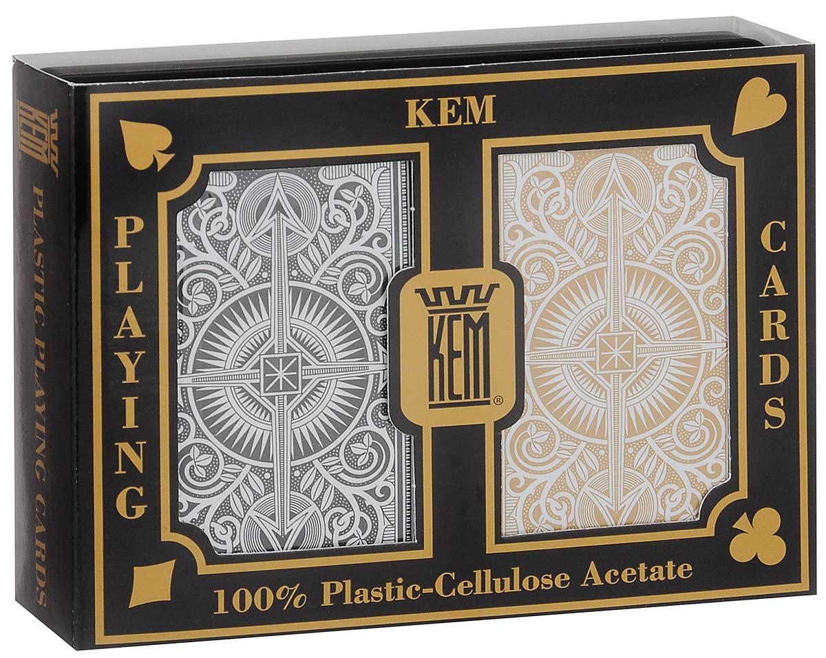 Карты игральные Kem Arrow, крупный индекс, цвет: черный, золотой, белый, 2 колодыК-499Вашему вниманию представляются коллекционные карты Kem Arrow - одни из лучших покерных карт на рынке. Они выполнены из прочного, гладкого и гибкого пластика. Карты имеют покерный размер и крупный индекс. В наборе 2 колоды.