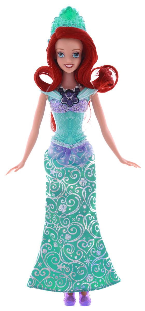 Disney Princess Кукла Ослепительные принцессы АриельBDJ22(BDJ23/24/25)_АриэльТеперь ваши любимые Принцессы Диснея могут устраивать незабываемое световое шоу, куда бы они ни пошли! Ариэль, Золушка и Рапунцель - каждая завораживает своим блестящим платьем, дополненным специальной тиарой и роскошным колье с драгоценным камнем - которые сверкают и светятся! Кукла Disney Princess Ариель одета в шикарное зеленое платье с переливающимися разными цветами узорами. Роскошные волосы Ариель украшает зеленая тиара, на груди - колье темно-синего цвета. При нажатии на кнопку на колье оно и тиара засверкают разноцветными огоньками. Ваша малышка с удовольствием будет играть с этой куклой, проигрывая сюжеты из мультсериала или придумывая различные истории. Высота куклы: 29 см. Для работы игрушки необходимы 3 батарейки типа АG13 (товар комплектуется демонстрационными).