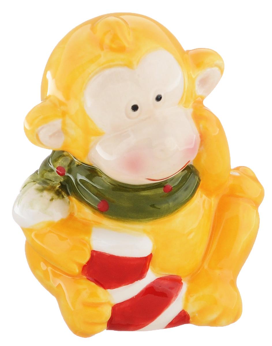 Сувенир Sima-land Обезьянка в шарфике, цвет: желтый, 7 х 5,7 х 8,5 см1056094_желтыйСувенир Sima-land Обезьянка в шарфике выполнен из керамики в виде забавной обезьянки. Он привлекает к себе внимание и буквально умиляет, заставляя улыбнуться. Такой сувенир станет отличным подарком родным или друзьям на Новый год, а также он украсит интерьер вашего дома или офиса.