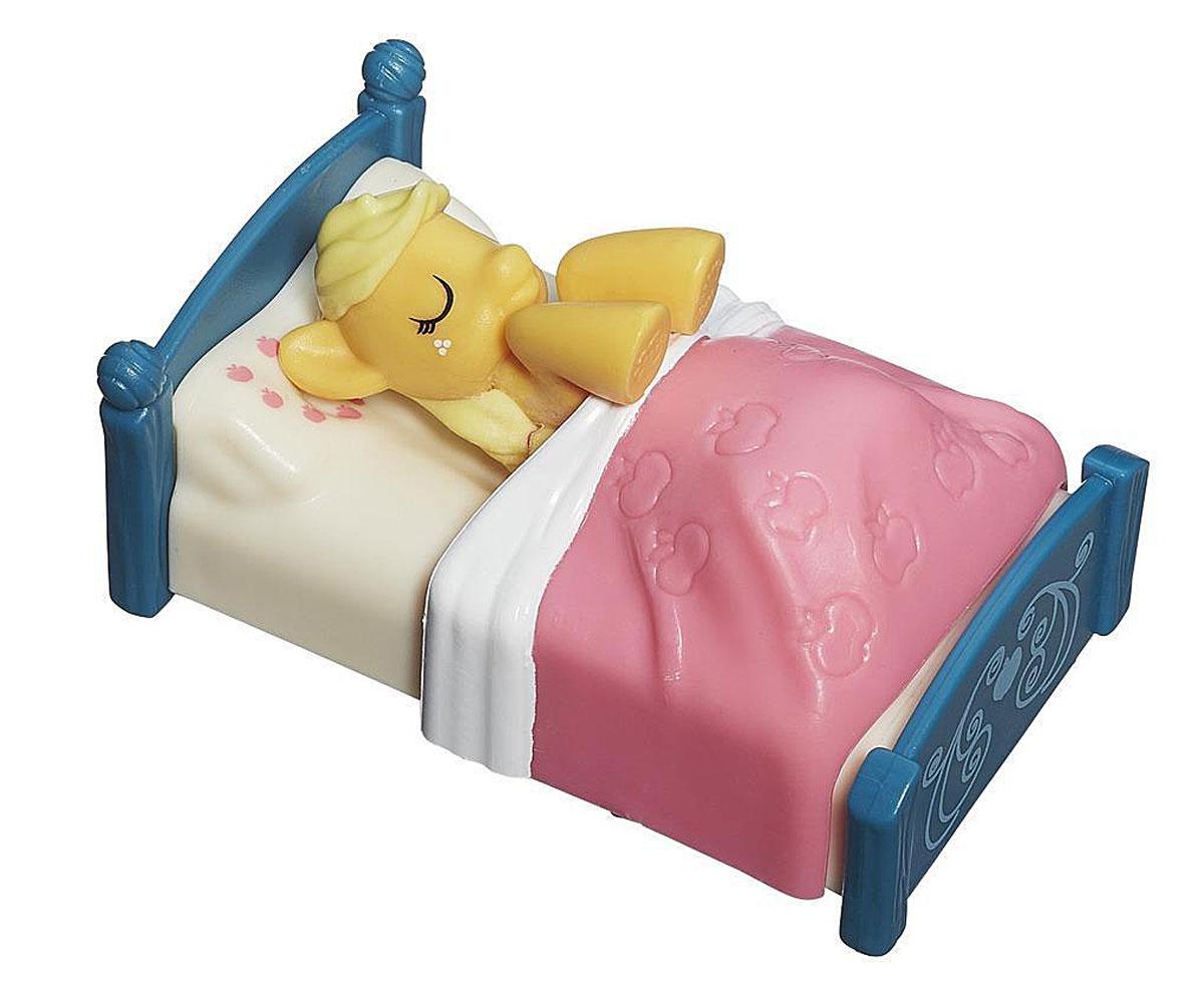 My Little Pony Игровой набор Applejack На фермеB2072_B2207_На фермеИгровой набор My Little Pony На ферме обязательно понравится вашей малышке. Милая желтая лошадка отдыхает на своей кроватке после насыщенного интересного дня. Лошадка лежит на белой перинке и накрыта розовым одеялом. Одеялко снимается и лошадку можно легко вынуть из кроватки. Эппджек - задорная пони, которая работает на ферме Сладкое яблоко вместе со старшим братом и младшей сестренкой. Эпплджек - добрая, честная и прямодушная, хоть иногда и бывает немного упрямой. На Эпплджек всегда можно положиться, ведь она самый настоящий друг - верный, надежный и отзывчивый! Игры с таким набором не только подарят девочке множество счастливых мгновений, но и помогут развить мелкую моторику и творческие способности.