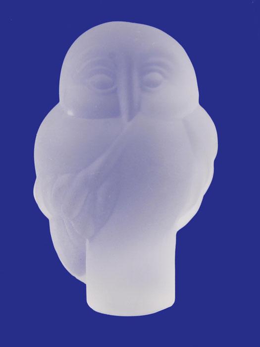Статуэтка Хрустальная сова из серии The Curio Cabinet Owls Collection. Хрустальное стекло. The Franklin Mint, США, конец XX векаАКДДХДСтатуэтка Хрустальная сова из серии The Curio Cabinet Owls Collection. Металл. The Franklin Mint, США, конец XX века. Высота 6,5 см, ширина 4 см, длина 4 см. Сохранность хорошая. Маркировка 1988 The Franklin Mint. Статуэтка в виде совы изготовлена из матового хрустального стекла, выполнена в лаконичном стиле, отсылающем к эпохи модерна. Статуэтка станет отличным подарком и достойным пополнением коллекции!