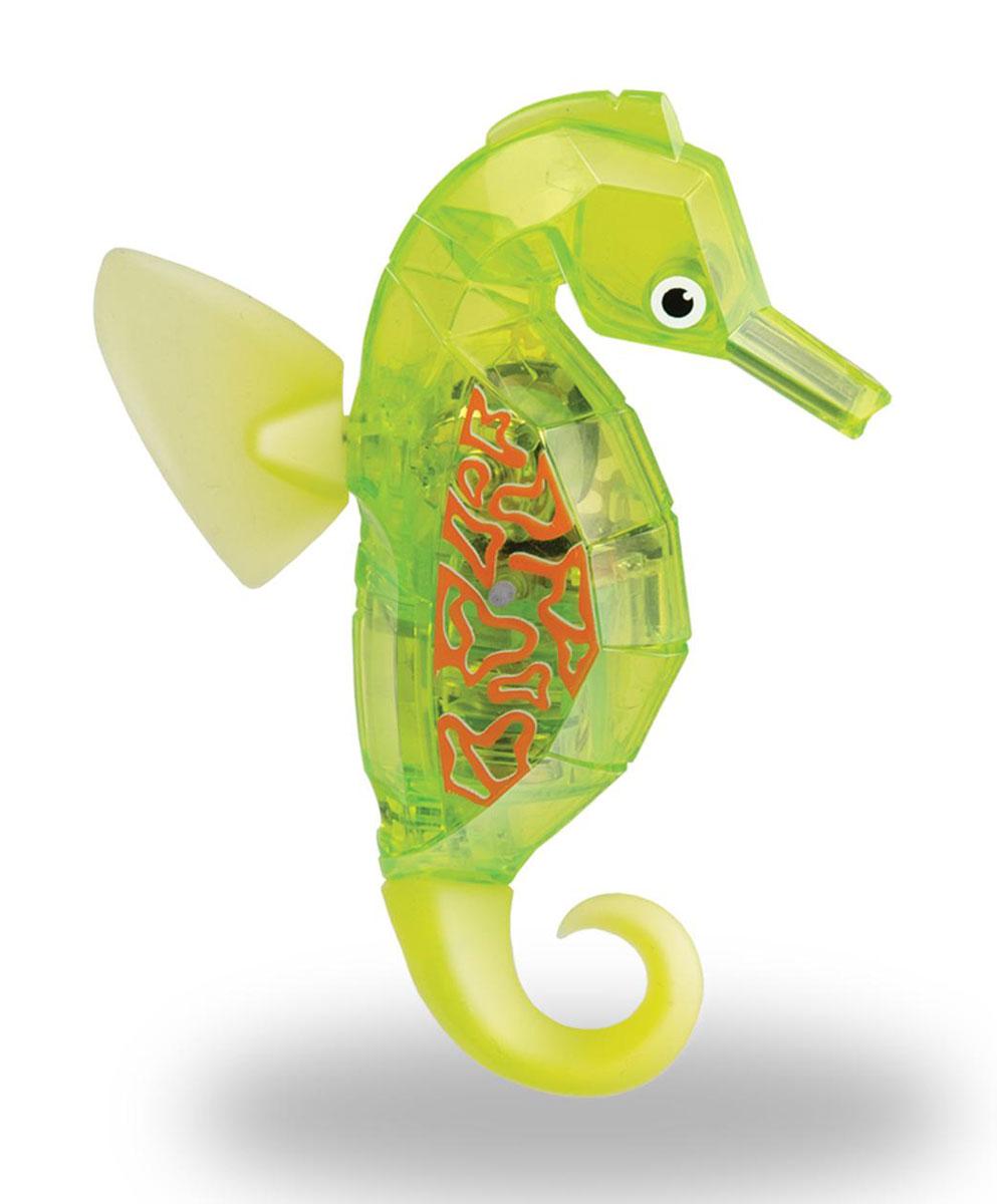 Hexbug Игровой набор Морской конек с аквариумом цвет желтый460-4309_3Игровой набор Hexbug включает в себя небольшой круглый аквариум с одним Морским коньком. Морской конек станет верным другом и сможет украсить дом или офис. Тщательного ухода и кормления он не требует. Морской конек плавает в толще воды, время от времени погружается глубже и всплывает к поверхности, светится встроенным светодиодом. Через пять минут засыпает и уходит в энергосберегающий режим, для продолжения игры нужно постучать по аквариуму или вынуть игрушку из воды и погрузить снова.