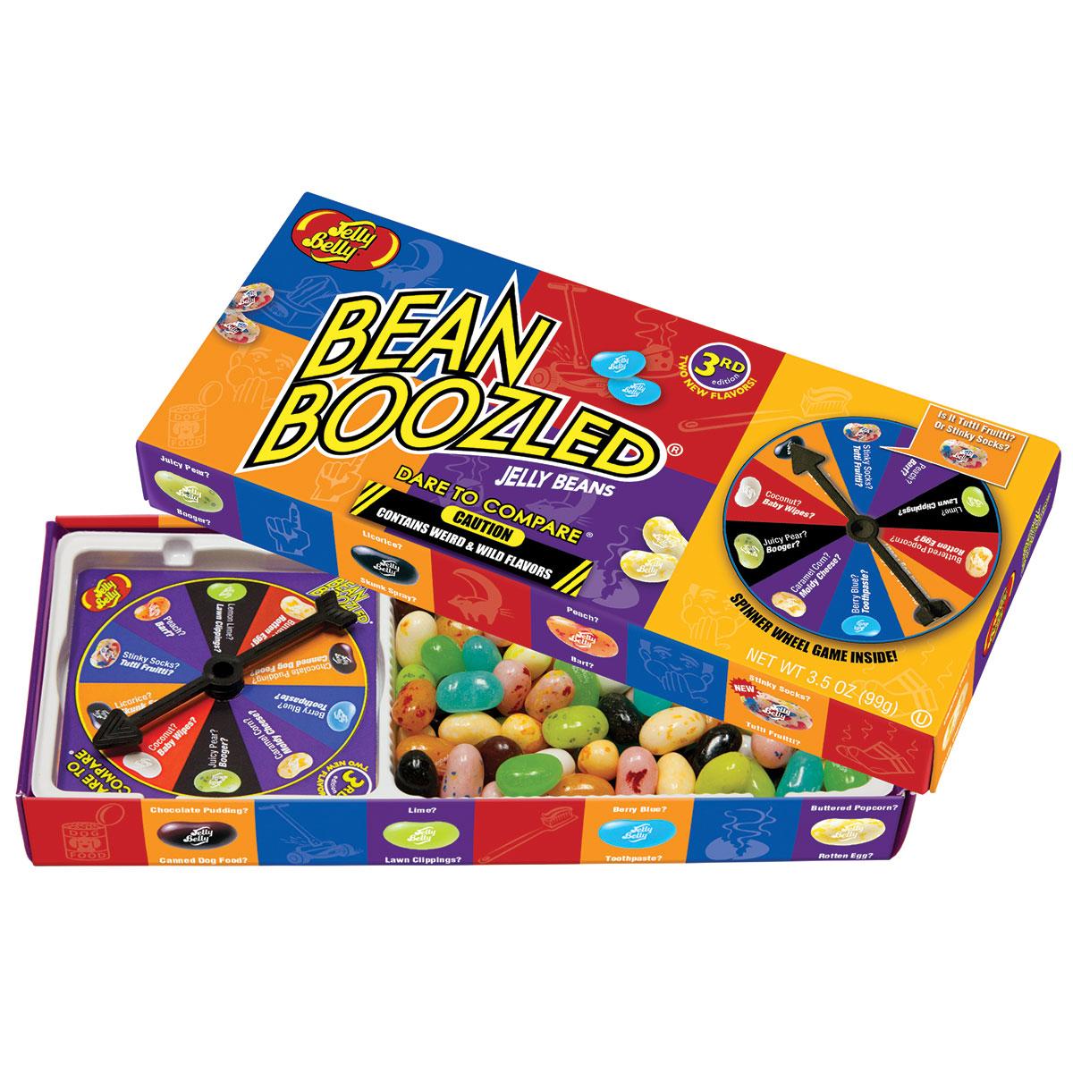 Jelly Belly Bean Boozled Game Драже жевательное + игра, 100 г71567990516Конфеты Jelly Belly в последнее время стали очень популярны за свой удивительный вкус, который передаётся на 100% правдоподобно. Так что эти конфеты действительно ну очень вкусные. Попробовав одну конфетку, будет сложно остановится! Набор содержит конфетки со странными вкусами: собачьего корма, вонючих носков, скошенной травы, детских подгузников, тухлого яйца, зубной пасты, рвоты и соплей. Такое драже станет превосходным подарком-розыгрышем для ваших друзей. Сыграйте в веселую игру - вращайте барабан и посмотрите, какой цвет вам выпал, а затем съешьте конфету указанного цвета. Вкусные и странные конфетки имеют одинаковый цвет. Тутти-фрутти или вонючие носки? Лайм или скошенная трава? Попкорн с маслом или тухлое яйцо? Голубика или зубная паста? Персик или рвота? Шоколадный пудинг или собачий корм? Сочная груша или сопли? Кокос или детские подгузники? Сравните эти невероятные и странные вкусы и разыграйте своих друзей! В комплект входит барабан для игры.
