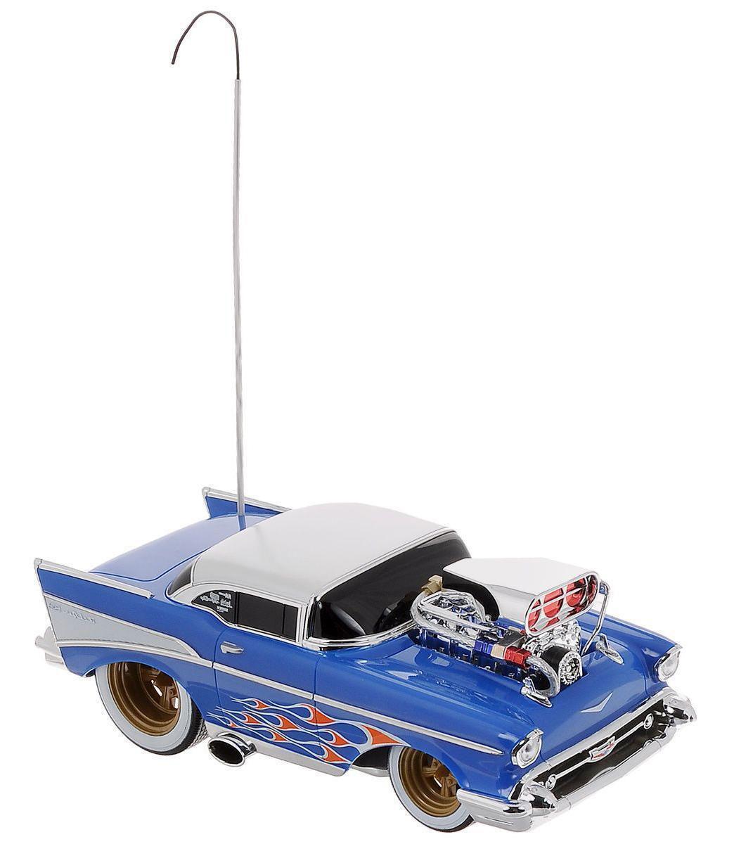 Maisto Радиоуправляемая модель Chevrolet Bel Air81302Радиоуправляемая машина Chevrolet Bel Air доставит массу приятных впечатлений людям любого возраста. Игрушка отличается ярким, стильным дизайном и удобным управлением. Это самый настоящий раритетный автомобиль 1957 года, для любителей автомобильной техники и стиля Ретро. Модель дополнена хромированными деталями и двигателем на капоте. Полный привод (вперед, назад, вправо, влево) обеспечивает отличную проходимость. Модель обладает высокой стабильностью движения, что позволяет полностью контролировать процесс, управляя уверенно и без суеты. При движении машины вперед и назад, загорается подсветка. Пульт в оригинальном исполнении в виде автомобильного колеса. Такая модель станет отличным подарком не только любителю автомобилей, но и человеку, ценящему оригинальность и изысканность, а качество исполнения представит такой подарок в самом лучшем свете. Для работы пульта необходимо 2 батарейки типа АА, для работы автомобиля - 3 батарейки типа...