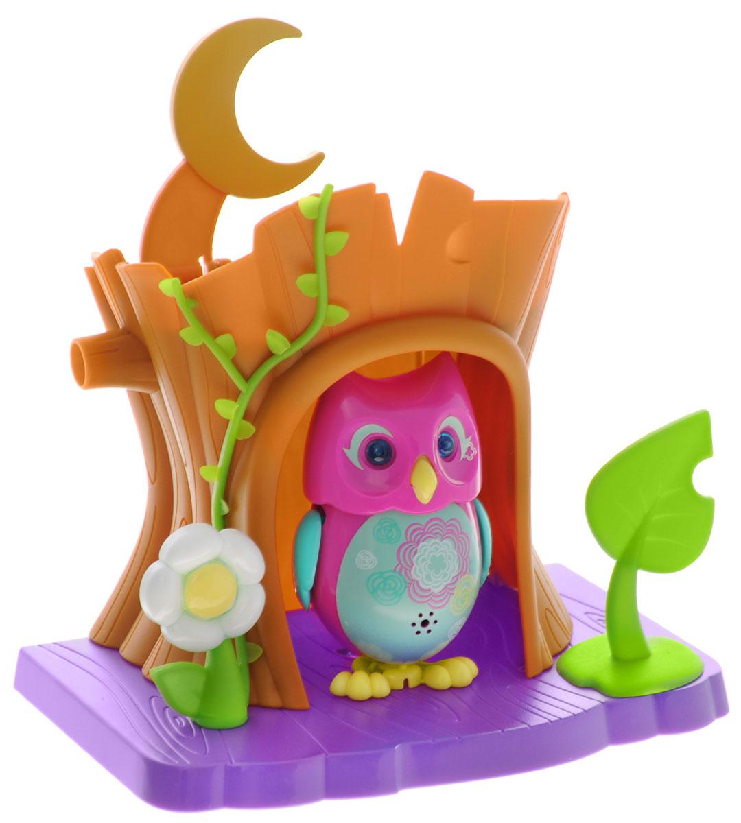 DigiOwls Интерактивный игровой набор Сова с домиком цвет розовый88359_розовыйИнтерактивный игровой набор DigiOwls Сова с домиком включает в себя интерактивную сову, домик и свисток. Сова умеет выполнять разные действия: издавать крики совы, петь песенки, при этом двигая клювом, поднимая и опуская крылышки и вращая головой. Глаза совы светятся и мерцают в такт песенке. Если подуть на грудку совы, она начнет издавать характерные для сов звуки. Если подуть в свисток, сова станет исполнять известную песенку. Игрушка воспроизводит свыше 55 песен и уханий. 2 режима работы игрушки: соло и хор. При переключении в режим хора можно последовательно подсоединять сов к главной, в результате они будут вместе исполнять песенки вслед за главной совой и общаться друг с другом. Сова сидит в своем уютном домике с грибочком и листочком. В комплект также входит свисток с удобным держателем для пальцев. Игрушка развивает музыкальный слух, любовь к музыке и животным. Для работы игрушки необходимы 3 батарейки напряжением 1,5V типа AG13/LR44...