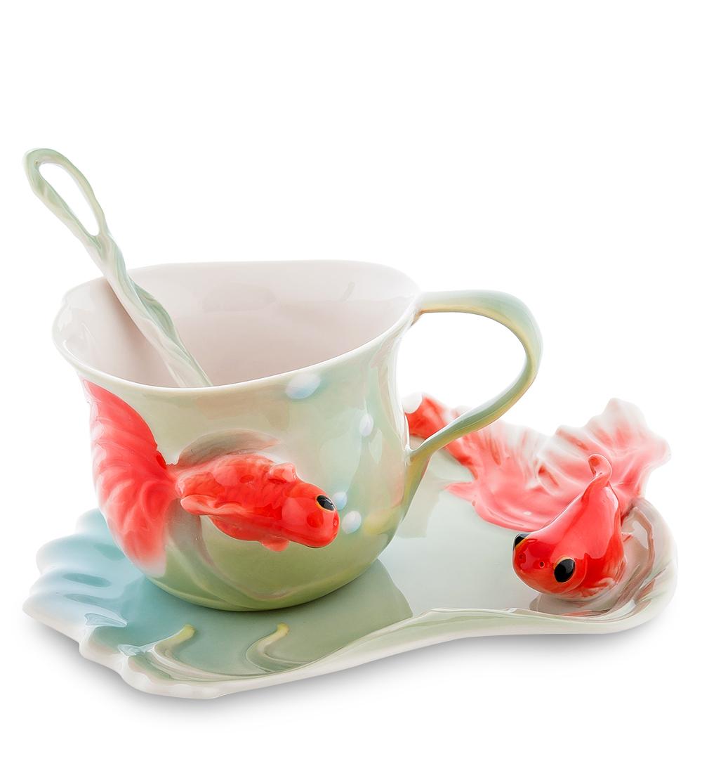 Чайная пара Золотые рыбки (Pavone)106732Чайная пара Pavone Золотые рыбки состоит из чашки, блюдца и ложечки, изготовленных из фарфора. Чайная пара Pavone Золотые рыбки украсит ваш кухонный стол, а также станет замечательным подарком друзьям и близким. Изделие упаковано в подарочную коробку с атласной подложкой. Объем чашки: 150 мл. Высота чашки: 7 см. Размер блюдца: 16 х 13 см.