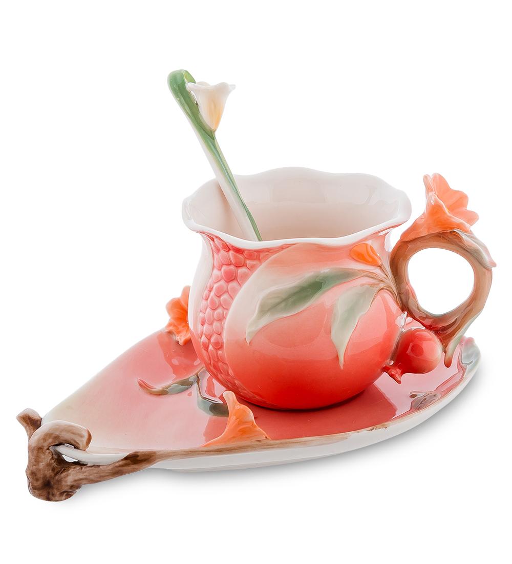 Набор чайный Pavone Цветущий гранат, 3 предмета106734 (FM-01/32)Чайный набор Pavone Цветущий гранат изготовлен из высококачественного фарфора. Набор состоит из чашки, блюдца и чайной ложки. Изделия имеют необычный дизайн, который придется по вкусу ценителям классики и тем кто предпочитает современный стиль. Изящный набор эффектно украсит стол к чаепитию и порадует вас функциональностью и ярким дизайном. Объем кружки: 170 мл. Высота кружки: 11 см. Ширина блюдца: 13 см. Длина блюдца: 17 см.
