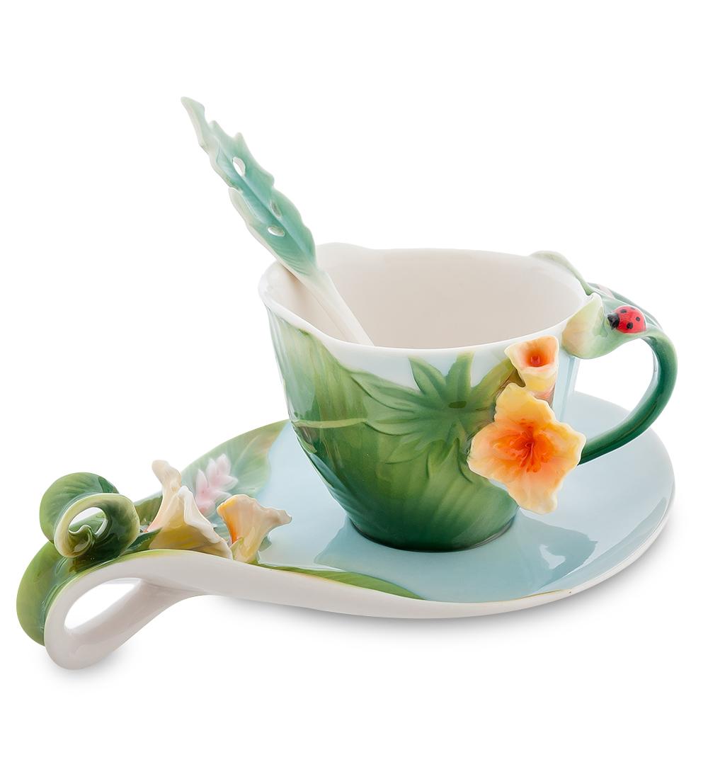 Чайная пара Pavone Тропики, с ложкой, 3 предмета103802Набор Pavone Тропики состоит из чашки, блюдца и ложки, изготовленных из фарфора. Чашка и блюдце оформлены объемным изображением цветка. Чайная пара Pavone Тропики украсит ваш кухонный стол, а также станет замечательным подарком друзьям и близким. Объем чашки: 150 мл. Размер чашки (по верхнему краю): 7,5 х 8,5 см. Высота чашки: 7 см. Размер блюдца: 18,5 х 13 х 4,5 см. Длина ложки: 13,5 см.