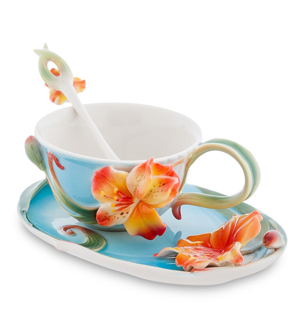 Чайная пара Pavone Лилии, с ложкой103805Чайная пара Pavone Лилии состоит из чашки, блюдца и ложечки, изготовленных из фарфора. Предметы набора оформлены изящными объемными цветами. Чайная пара Pavone Лилии украсит ваш кухонный стол, а также станет замечательным подарком друзьям и близким. Объем чашки: 150 мл. Диаметр чашки по верхнему краю: 9 см. Высота чашки: 6 см. Размеры блюдца: 17 х 11 х 3. Длина ложки: 13 см. Размер рабочей поверхности ложки: 3 х 1,7 см.