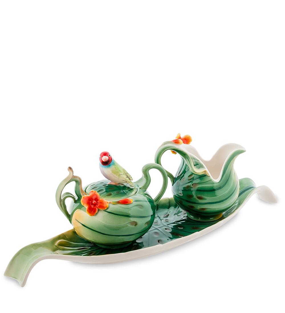 Набор Pavone Попугай, 3 предмета10869Набор Pavone Попугай состоит из сахарницы, молочника и подноса, изготовленных из фарфора. Предметы набора оформлены изящными объемными цветами. Набор Pavone Попугай украсит ваш кухонный стол, а также станет замечательным подарком друзьям и близким. Изделие упаковано в подарочную коробку с атласной подложкой. Объем сахарницы: 200 мл. Объем молочника: 150 мл. Размеры подноса: 40 х 11,5 см.
