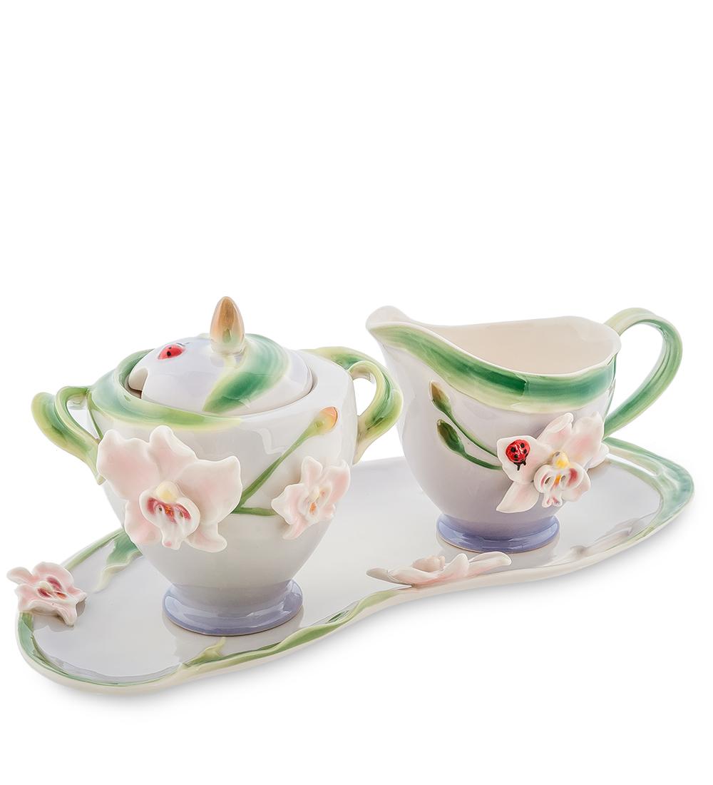 Набор Pavone Орхидея, 3 предмета104296Набор Pavone Орхидея состоит из сахарницы, молочника и подноса, изготовленных из фарфора. Предметы набора оформлены изящными объемными цветами. Набор Pavone Орхидея украсит ваш кухонный стол, а также станет замечательным подарком друзьям и близким. Изделие упаковано в подарочную коробку с атласной подложкой. Объем сахарницы: 200 мл. Объем молочника: 150 мл. Размеры подноса: 28 х 13 см.