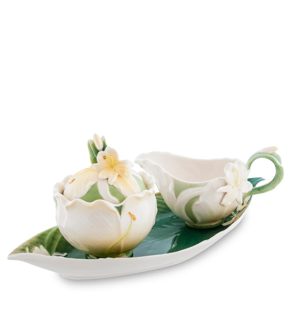 Набор Pavone Лилия, 3 предмета104302Набор Pavone Капок состоит из сахарницы, молочника и подноса, изготовленных из фарфора. Предметы набора оформлены изящными объемными цветами. Набор Pavone Лилия украсит ваш кухонный стол, а также станет замечательным подарком друзьям и близким. Изделие упаковано в подарочную коробку с атласной подложкой. Объем сахарницы: 250 мл. Объем молочника: 200 мл. Размеры подноса: 31 х 15 см.