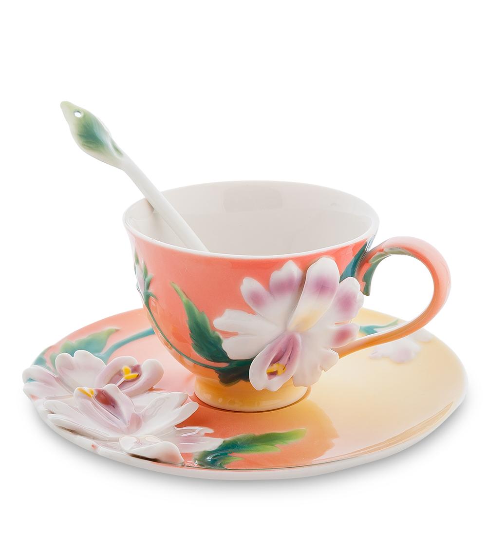 Набор чайный Pavone Сальпиглоссис, 3 предмета104874Чайный набор Pavone Сальпиглоссис изготовлен из высококачественного фарфора. Набор состоит из чашки, блюдца и чайной ложки. Изделия имеют необычный дизайн, который придется по вкусу ценителям классики и тем кто предпочитает современный стиль. Изящный набор эффектно украсит стол к чаепитию и порадует вас функциональностью и ярким дизайном. Объем кружки: 150 мл. Высота кружки: 8 см. Диаметр блюдца: 16 см.