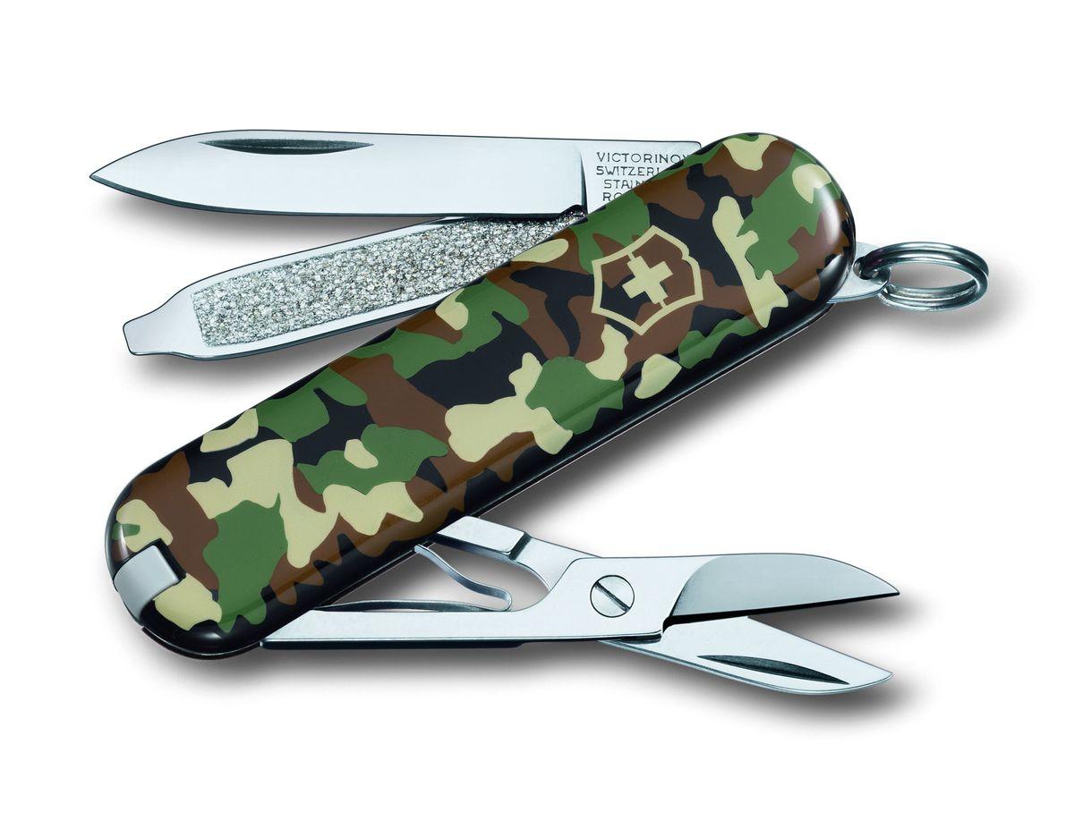 Нож-брелок Victorinox Classic SD, цвет: камуфляж, 7 функций, 5,8 см0.6223.94Лезвие складного ножа-брелока Victorinox Classic SD изготовлено из высококачественной нержавеющей стали. Ручка, выполненная из прочного пластика, обеспечивает надежный и удобный хват. Нож имеет компактные размеры и не занимает много места. Хорошее качество, надежный долговечный материал и эргономичная рукоятка - что может быть удобнее на природе или на пикнике! В комплекте чехол, изготовленный из искусственной кожи. Функции ножа: Лезвие. Пилка для ногтей с отверткой. Ножницы. Кольцо для ключей. Пинцет. Зубочистка. Длина ножа в сложенном виде: 5,8 см. Длина ножа в разложенном виде: 9,8 см.