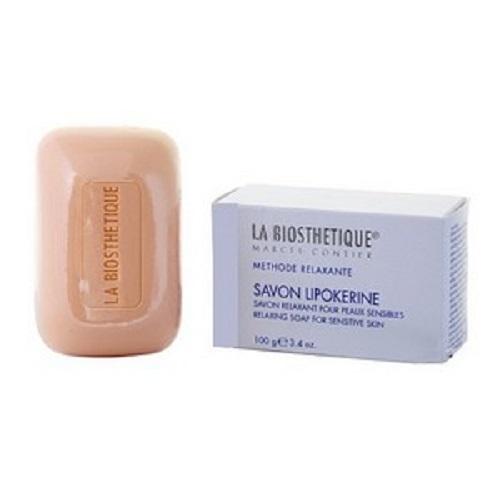 La Biosthetique Специальное нежное очищающее мыло Methode Relaxante, 100 гLB2508Мыло, разработанное специально для кожи лица, нежно и эффективно очищает чувствительную и раздраженную кожу, при этом обеспечивая исключительно щадящий и мягкий уход, не вызывая сухости и обезвоживания. Оно имеет естественный для кожи уровень pH 7.3 7.6, питает, смягчает и укрепляет ее, благодаря, входящим в состав, натуральным жирным кислотам и аминокислотам, выделенным из Пальмы.