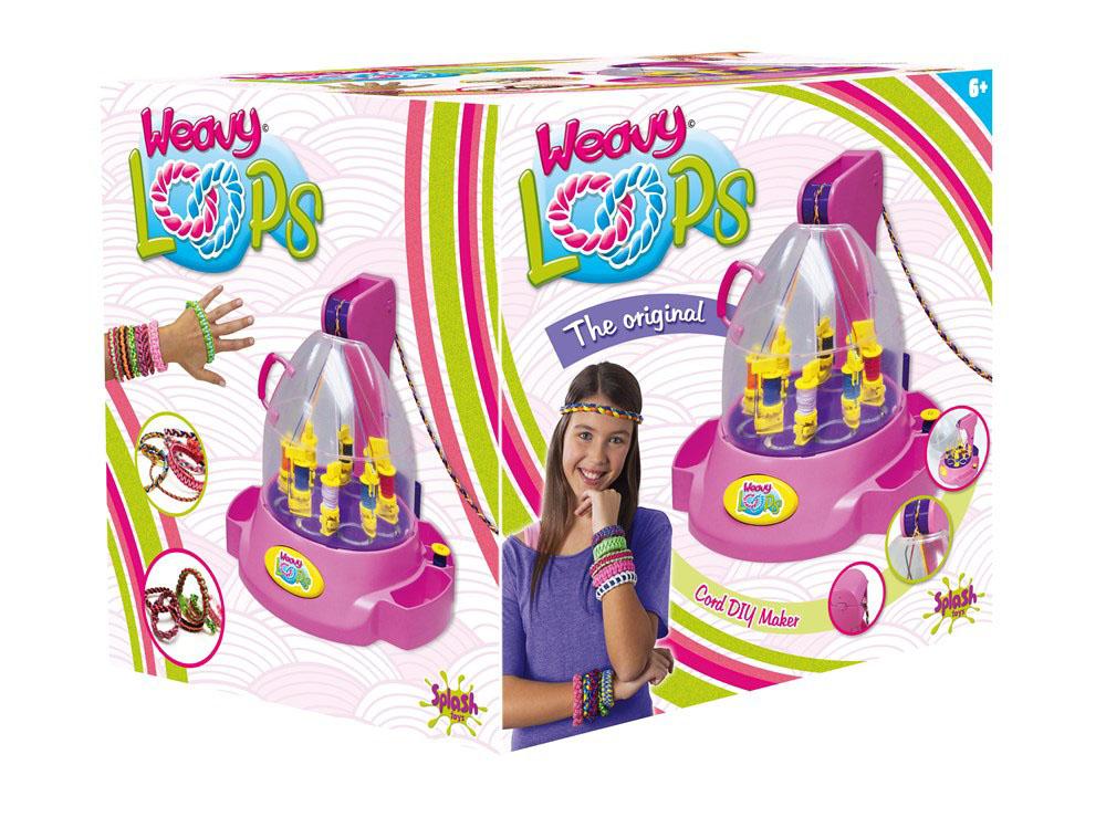 Splash Toys Набор для плетения Машинка для плетения шнурочков30496RUSПластиковая машина на батарейках для плетения шнурочков .Она сама из нескольких тонких ниток сплетает шнурок, который будет использоваться в создании украшений: браслетов, ободков, брелков, и т.д .Можно выбирать разные режимы создания рисунка для плетения в зависимости от выбранного направления установки катушек с нитями на машине.