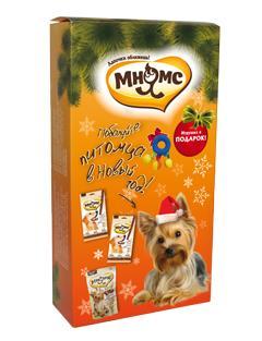 Набор лакомств для собак Мнямс Новогодний, с игрушкойMNS0031AНабор лакомств Мнямс Новогодний - прекрасный подарок для вашего питомца. В преддверии Нового года Мнямс подготовил для наших меньших братьев красивые подарочные наборы под елочку. Сочные палочки из курицы, говядины и мясное ассорти Мнямс – радость для каждой собаки! Что может быть лучше, чем жевать вкусные ароматные лакомства, лежа под елкой, пока вся семья собралась за праздничным столом. В набор входят: - Лакомые палочки Мнямс с курицей, - Лакомые палочки Мнямс с говядиной, - Лакомство для собак мелких пород Мнямс Ассорти с говядиной, ягненком и курицей, - Игрушка. Лакомые палочки Мнямс - это вкусное и здоровое угощение для собак с большим содержанием мяса, которое придется по вкусу даже самому капризному любимцу. Палочки легко ломаются, идеально подходят в качестве поощрения для игр и тренировок. Состав палочек с курицей: мясо и продукты животного происхождения (90%, из них 17% курица), производные растительного...