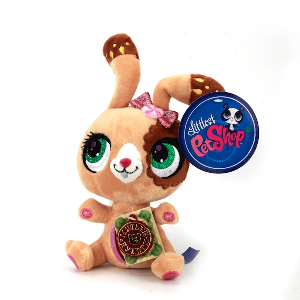 Мульти-Пульти Мягкая игрушка кролик pet shopV27910/17Очаровашка-кролик из серии мягких игрушек Littlest Pet Shop станет отличным подарком для вашей девочки! У кролика такой трогательный вид, что его так и хочется пожалеть, позаботиться о нем и погладить! Плюшевые ушки украшены звездочками. Благодаря небольшому размеру слоненка, ваша малышка сможет брать его с собой повсюду, обязательно покажет его всем друзьям и родственникам, ведь он такой красивый!