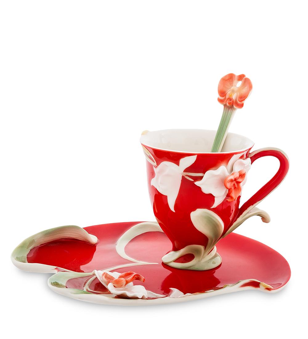 Чайная пара Pavone Орхидея, цвет: красный, зеленый, 3 предмета104277Чайная пара Pavone Орхидея состоит из чашки, блюдца и ложечки, изготовленных из фарфора. Предметы набора оформлены изящными объемными цветами. Чайная пара Pavone Орхидея украсит ваш кухонный стол, а также станет замечательным подарком друзьям и близким. Изделие упаковано в подарочную коробку с атласной подложкой. Объем чашки: 150 мл. Диаметр чашки по верхнему краю: 8 см. Высота чашки: 9 см. Размеры блюдца: 13,5 см х 20,5 х 1,5. Длина ложки: 13 см.