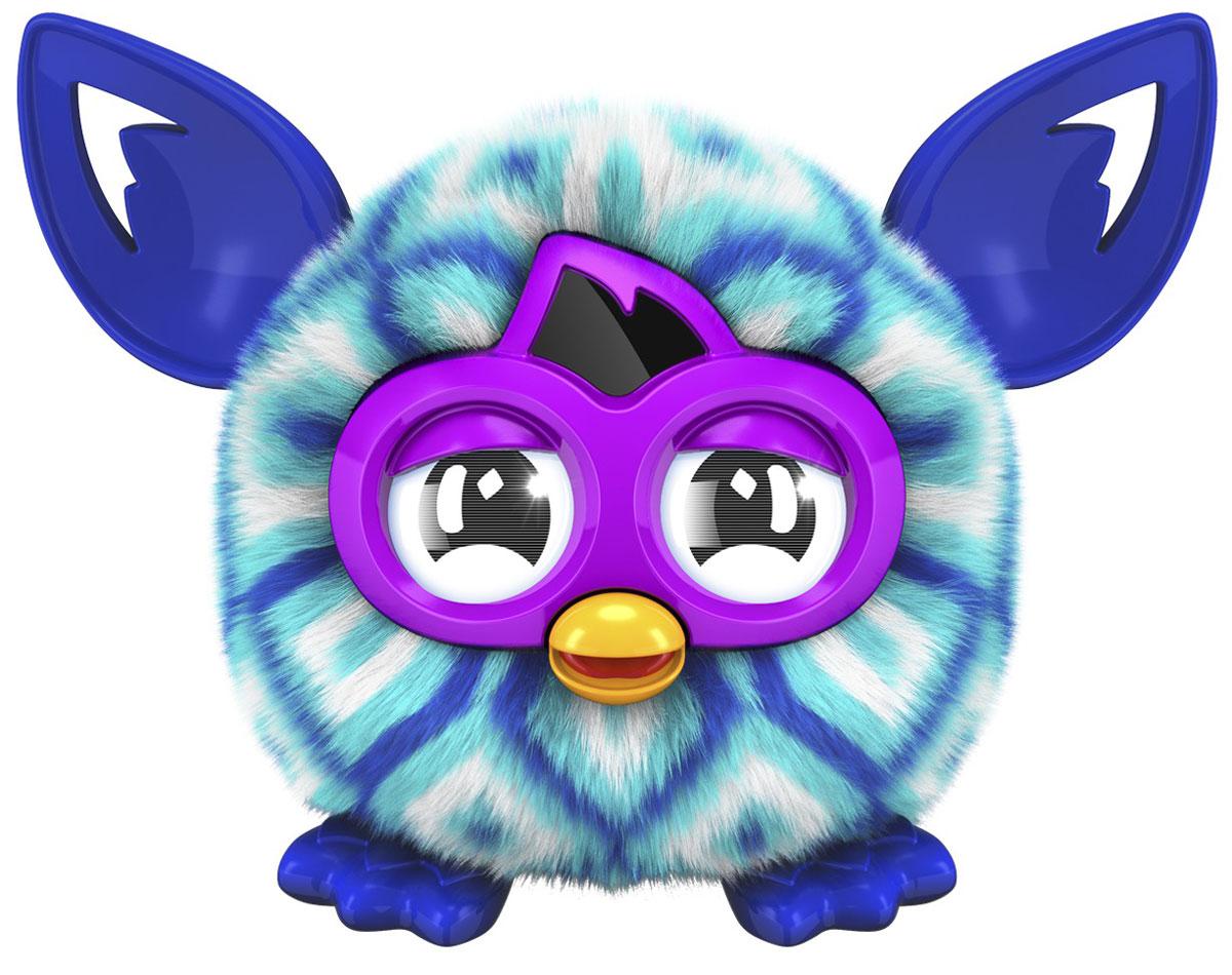 Furby Малыш Ферблинг цвет голубой синийA6100_A7890_голубой, синийИнтерактивная игрушка Furby Малыш Ферблинг станет отличным подарком и другом, как для детей, так и для взрослых. Ферблинги - это детишки больших Ферби из серии Furby Boom. Теперь вы сможете ухаживать за Ферблингом не только в приложении, но и в реальности. Этот малыш будет радовать окружающих и своих родителей - больших Ферби Бум. У ферблинга резиновые ушки и лапки, а также мягкая шерстка. Он умеет разговаривать на языке Фербиш. Поднесите Ферблинга к большому Ферби Бум и они начнут общаться. В отличии от больших Ферби Бум, рот и уши у малыша не двигаются, а глазки не интерактивны. Чтобы включить Ферблинга, надо нажать ему на голову, и он начнет говорить. По задумкам разработчиков, Ферби изначально говорит на Фербише - его родном языке и для того, чтобы он начал разговаривать на вашем языке с ним нужно постоянно общаться. После общения Ферби начнет говорить 80% фраз на вашем языке и 20% на Фербише. Вы сможете взаимодействовать с игрушкой при помощи...