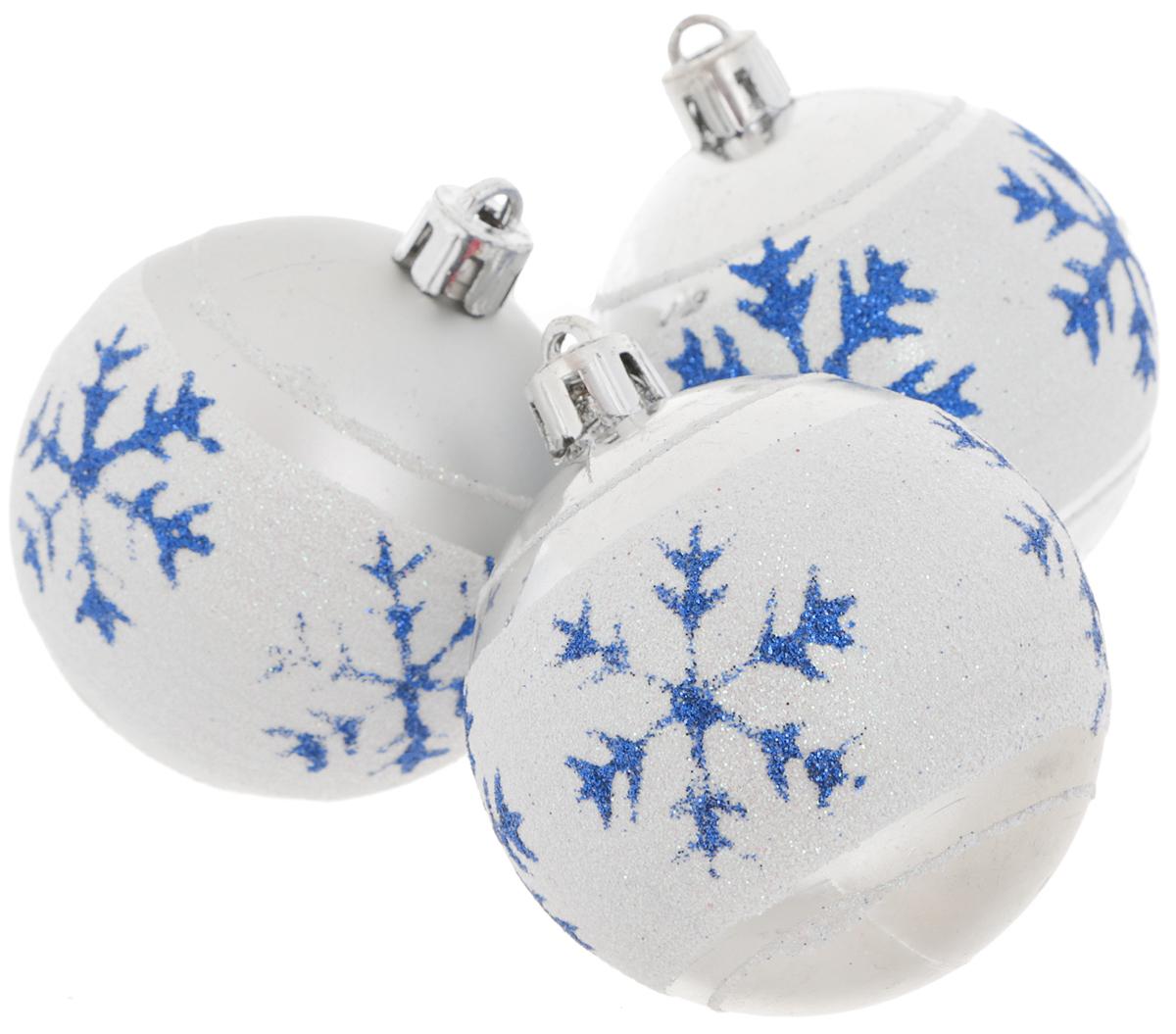Набор новогодних подвесных украшений EuroHouse, цвет: белый, серебристый, синий, диаметр 6 см, 3 штЕХ9268_белыйНабор новогодних подвесных украшений EuroHouse прекрасно подойдет для праздничного декора новогодней ели. Набор состоит из 3 пластиковых украшений в виде глянцевых шаров с белой полоской и синими снежинками. Для удобного размещения на елке для каждого изделия предусмотрена текстильная петелька. Елочная игрушка - символ Нового года. Она несет в себе волшебство и красоту праздника. Создайте в своем доме атмосферу веселья и радости, украшая новогоднюю елку нарядными игрушками, которые будут из года в год накапливать теплоту воспоминаний.