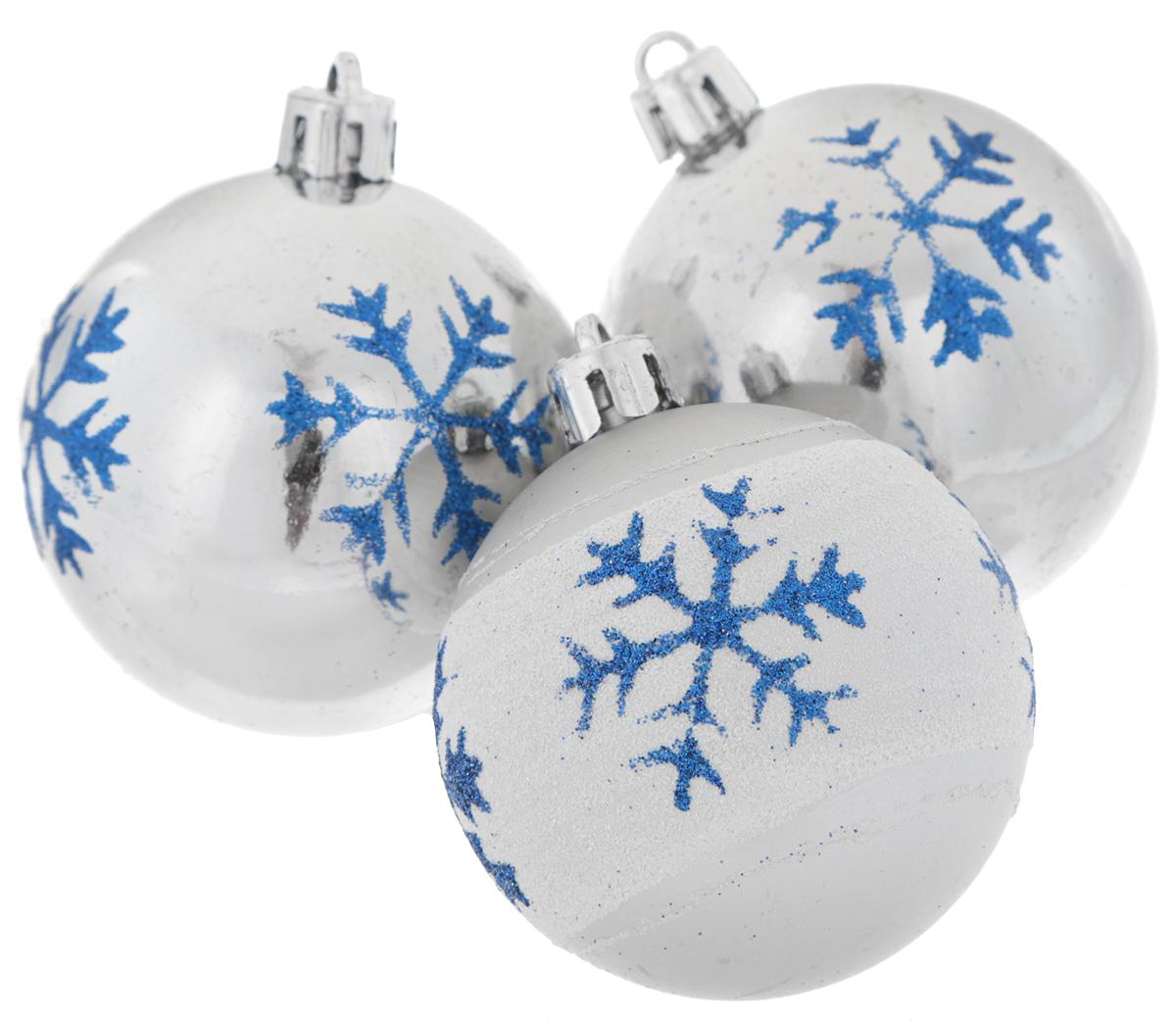 Набор новогодних подвесных украшений EuroHouse, цвет: серебристый, белый, синий, диаметр 6 см, 3 штЕХ9268_1 белый, серебристый/2 серебристыйНабор новогодних подвесных украшений EuroHouse прекрасно подойдет для праздничного декора новогодней ели. Набор состоит из 2 пластиковых украшений в виде глянцевых шаров и 1 матового с белой полосой. Для удобного размещения на елке для каждого изделия предусмотрена текстильная петелька. Елочная игрушка - символ Нового года. Она несет в себе волшебство и красоту праздника. Создайте в своем доме атмосферу веселья и радости, украшая новогоднюю елку нарядными игрушками, которые будут из года в год накапливать теплоту воспоминаний.