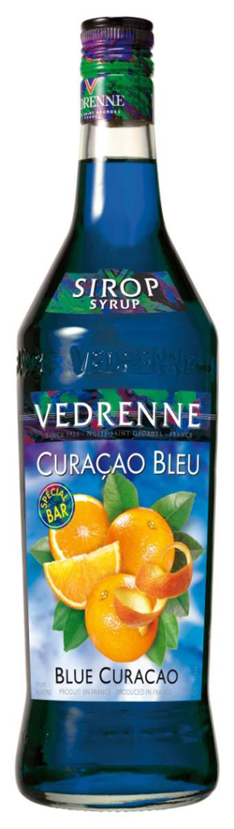 Vedrenne Блю Курасао сироп, 1 лSVDRBC-010B01Сироп Блю Кюрасао понравится людям, которые ценят в напитках пикантность. Однако самая примечательная черта, выделяющая этот сироп на фоне других подобных продуктов, — это его яркий голубой оттенок, который получают путем добавления безопасных для здоровья красителей. Основой для изготовления этого продукта является цедра цитрусового фрукта лахара. Он произошел от апельсиновых деревьев, завезенных на один из Антильских островов под названием испанскими поселенцами Кюрасао. Апельсины переродились в более мелкие и горькие фрукты, которые и получили название - лахара. Со временем из их кожуры местные жители стали делать специи, а из вытяжки получился в итоге и сироп Блю Кюрасао. Сиропы изготавливаются на основе натурального растительного сырья, фруктовых и ягодных соков прямого отжима, цитрусовых настоев, а также с использованием очищенной воды без вредных примесей, что позволяет выдержать все ценные и полезные свойства натуральных фруктово-ягодных плодов и трав. В...