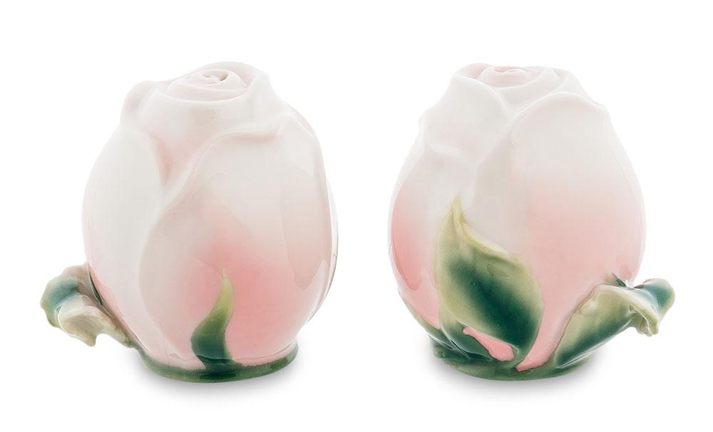 Набор для перца и соли Pavone Роза, 2 предмета103838Набор для соли и перца Pavone Роза состоит из солонки и перечницы. Предметы набора выполнены из фарфора и оформлены в виде бутонов роз. Изящный набор для соли и перца Pavone Роза прекрасно оформит стол и подчеркнет ваш безупречный вкус. Изделие упаковано в подарочную коробку с атласной подложкой. Размер емкости: 5 см х 5 см х 7 см.