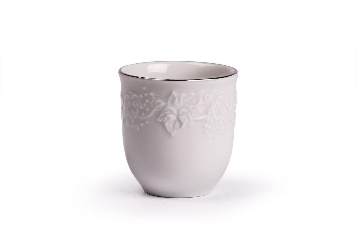 Стаканчик для зубочисток La Rose des Sables Vendanges Platine6 945 380 019Стаканчик для зубочисток La Rose des Sables Vendanges Platine выполнен из высококачественного тунисского фарфора, изготовленного из уникальной белой глины. На всех изделиях La Rose des Sables можно увидеть маркировку Pate de Limoges. Это означает, что сырье для изготовления фарфора добывают во французской провинции Лимож, и качество соответствует высоким европейским стандартам. Все производство расположено в Тунисе. Особые свойства этой глины, открытые еще в 18 веке, позволяют создать удивительно тонкую, легкую и при этом прочную посуду. Благодаря двойному термическому обжигу фарфор обладает высокой ударопрочностью, стойкостью к сколам и трещинам, жаропрочностью и великолепным блеском глазури. Коллекция Vendanges Platine - это изысканная классика, дополненная нежным рельефом в виде гроздей винограда и платиновой эмалью. Эта белая фарфоровая посуда станет настоящим украшением вашего стола. Прекрасный вариант как для праздничной, так и для...