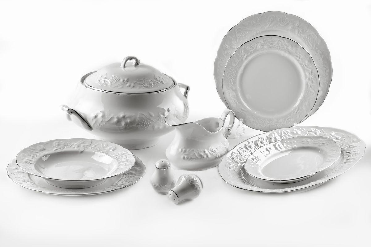 Сервиз столовый La Rose des Sables Vendanges Platine, 25 предметов6 991 250 019Сервиз столовый La Rose des Sables Vendanges Platine состоит из 6 обеденных тарелок, 6 десертных тарелок, 6 суповых тарелок, салатника, 2 овальных блюд, супницы с крышкой, соусника, солонки и перечницы. Посуда выполнена из высококачественного тунисского фарфора, изготовленного из уникальной белой глины. На всех изделиях La Rose des Sables можно увидеть маркировку Pate de Limoges. Это означает, что сырье для изготовления фарфора добывают во французской провинции Лимож, и качество соответствует высоким европейским стандартам. Все производство расположено в Тунисе. Особые свойства этой глины, открытые еще в 18 веке, позволяют создать удивительно тонкую, легкую и при этом прочную посуду. Благодаря двойному термическому обжигу фарфор обладает высокой ударопрочностью, стойкостью к сколам и трещинам, жаропрочностью и великолепным блеском глазури. Коллекция Vendanges Platine - это изысканная классика, дополненная нежным рельефом в виде гроздей винограда и платиновой...