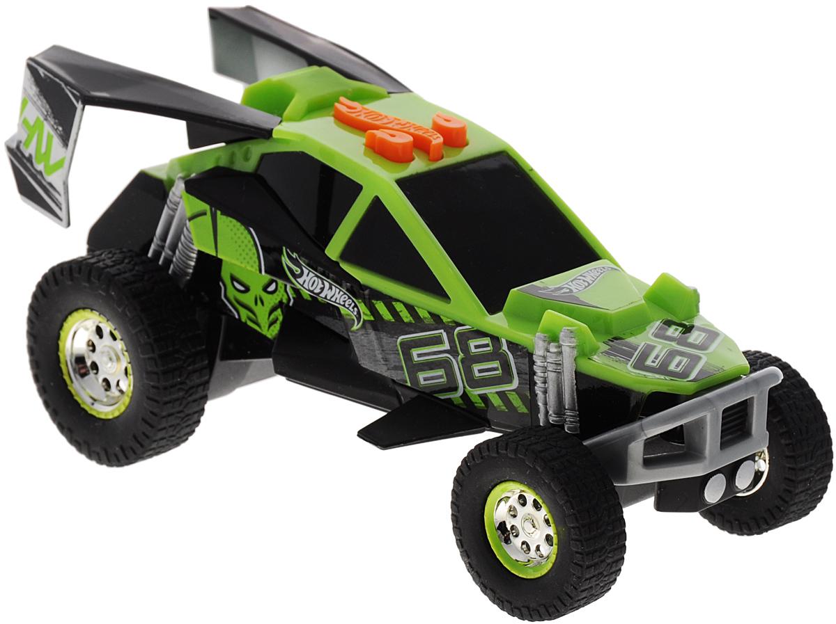 Hot Wheels Машинка Жми на газ цвет зеленый90550TS_зеленыйЯркая машинка Hot Wheels Жми на газ со звуковыми и световыми эффектами, несомненно, понравится вашему ребенку и не позволит ему скучать. Игрушка выполнена в виде мощной гоночной машины. При нажатии на кнопки, расположенные на крыше, задние колеса крутятся и дрифтуют, воспроизводится звук мотора, а в салоне автомобиля проигрывается громкая зажигательная музыка. Все это сопровождается световыми эффектами. Колеса машинки выполнены из резины. Ваш ребенок часами будет играть с машинкой, придумывая различные истории и устраивая соревнования. Порадуйте его таким замечательным подарком! Для работы игрушки необходимы 3 батарейки типа ААА (товар комплектуется демонстрационными).