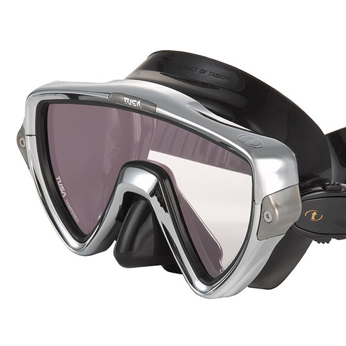 Маска для плавания Tusa Visio Pro, цвет: черный, хромированныйTS M-110SQB CRМаска M-110 имеет однолинзовый дизайн, обеспечивающий прекрасный обзор, маленький подмасочный объем и повышенный комфорт. Обтюратор маски имеет скругленные края со специальной посадкой обтюратора по линиям для наилучшего прилегания к лицу. В маске Visio Uno применен 3D-ремешок новой конструкции, который точно повторяет затылочный изгиб и обеспечивает великолепное прилегание. В данной маске применена недавно разработанная низкопрофильная пряжка, которая крепится прямо к силиконовому обтюратору. В результате получается компактная, легкая и технологически более совершенная модель маски, которую можно просто и быстро настроить под себя, добившись оптимального прилегания. От обычной маски Visio Uno серия Pro отличается линзами CrystalView AR/UV с антибликовым и УФ-защитным покрытием. Линзы с антибликовым покрытием значительно уменьшают количество отраженного света, в результате картинка становится более яркой, красочной и контрастной. Особая UV обработка этих линз...