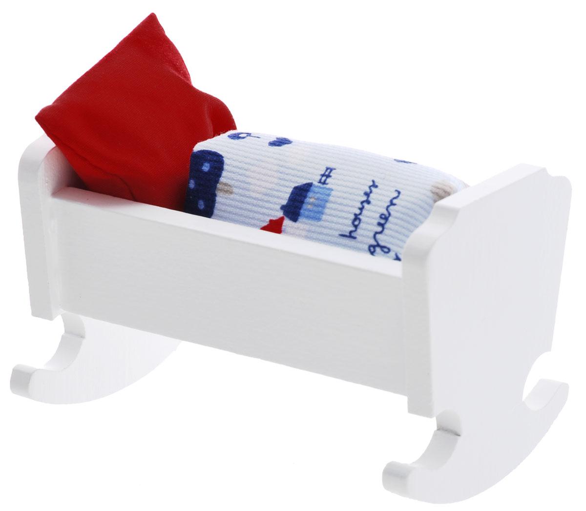 Minimir Колыбель с аксессуарами цвет белый13-4644-00Колыбель для пупса создана, чтобы кукла вашей малышки сладко спала и видела сказочные сны. Колыбель выполнена из натурального бука и клена, окрашена в чистый белый цвет и снабжена закругленными опорами, благодаря чему ее можно использовать как качалку. Набор включает в себя колыбель и мягкое одеяльце. Подходит для пупса высотой 7,5 см. Теперь ваша малышка сможет убаюкивать своих кукол в удобной колыбели-качалке. Порадуйте ее таким замечательным подарком! Мебель и аксессуары для игровых кукол Минимир выпускают на фабрике в Германии. В производстве кукольной мебели используются качественные породы бука и клена. При создании кукол и аксессуаров от компании Минимир используются исключительно качественные материалы: натуральное дерево и текстиль. Игра с миниатюрными куклами и аксессуарами тренирует мелкую моторику пальцев рук, стимулирует развитие речи и логического мышления. Маленький размер игрушек позволяет играть в абсолютно любом месте, их удобно брать...