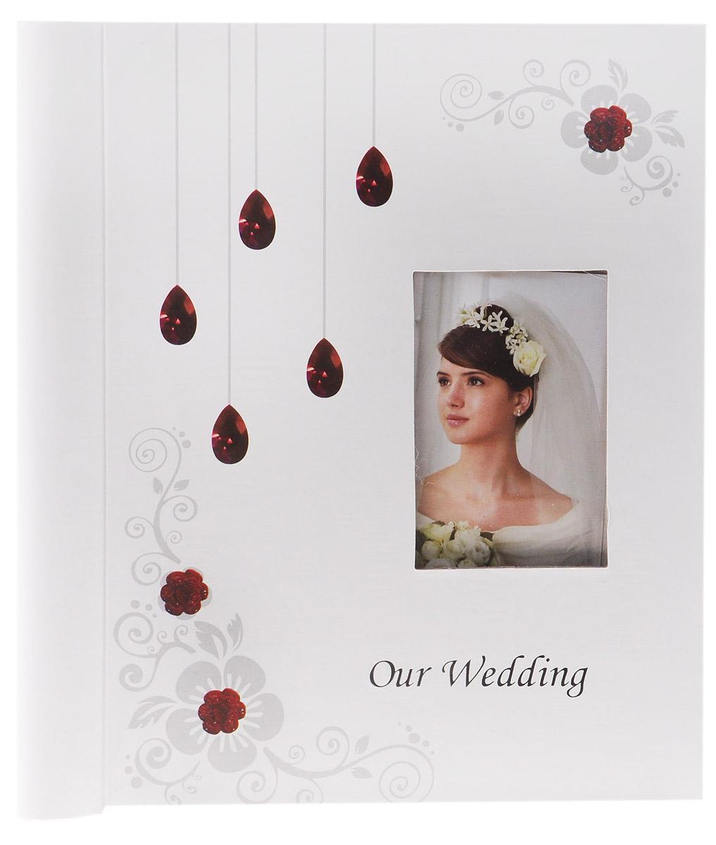 Фотоальбом Diesel Wedding story, 20 фотографий, 23 х 28 см 2226322263 FA_белый, рубиныФотоальбом Diesel Wedding story изготовленный из картона с клеевым покрытием и пленки ПВХ, поможет красиво оформить ваши свадебные фотографии. Обложка выполнена из толстого картона. С лицевой стороны обложки имеется окошко для вашей самой любимой фотографии. Внутри содержится блок из 20 магнитных листов, которые размещены на пластиковых кольцах. Альбом с магнитными листами удобен тем, что он позволяет размещать фотографии разных размеров. В альбоме предусмотрены поля для записей. Листы размещены на пластиковых кольцах. Нам всегда так приятно вспоминать о самых счастливых моментах жизни, запечатленных на фотографиях. Поэтому фотоальбом является универсальным подарком к любому празднику. Размер листа: 23 см х 28 см.