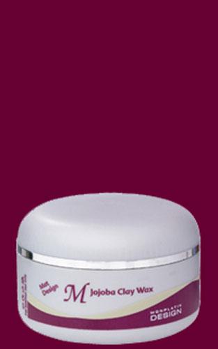 Mon Platin Professional Глиняный вакс Жожоба с матовым эффектом 150млMP465Для усиления эффекта стайлинга в формулу воска жожоба была добавлена глина. В результате получился защитный воск суперсильной фиксации. Содержит масло жожоба, которое богато протеином. Воск жожоба подходит для любого типа волос. Воск покрывает тонкой защитной пленкой волос, контролирует влажность волос, укрепляет их и предотвращает их выпадение. Белая глина, входящая в состав воска увеличивает его фиксирующие свойства. Используется для плетения афрокосичек, создания «дредов», как моделирующее средство для ультрамодных причесок на коротких стрижках.