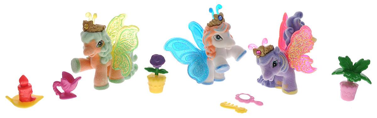 Filly Игровой набор Filly Бабочки с блестками цвет сиреневый белый оранжевыйM770139-3851_сиреневый, белый, оранжевыйИгровой набор Filly Бабочки с блестками придется по вкусу вашей дочурке, ведь все девочки обожают волшебных лошадок Filly! Набор включает в себя 3 фигурки очаровательных крылатых лошадок-бабочек и 6 ярких аксессуаров. Также в набор входят 3 карточки героев. Фигурки выполнены из прочного пластика и покрыта мягким флоком. У лошадки есть яркие полупрозрачные крылья, оформленные множеством сверкающих блесток. На крылышках каждой лошадки-бабочки изображен герб семейства, к которому они принадлежат. Лошадки-бабочки Filly живут в прекрасном саду посреди волшебного леса Папиллия. Помимо крылышек бабочки, от обычных лошадок Филли отличаются также небольшими антеннами и короной со сверкающим кристаллом Swarovski на голове. Ваша дочурка с удовольствием будет играть с этим набором и устраивать настоящие волшебные приключения в мире лошадок-бабочек Filly. Фигурки очаровательных лошадок станут любимыми игрушками вашей малышки и займут достойное место в ее личной коллекции.
