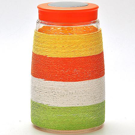 21609 Банка для сыпучих LR (х12)21609Банка для сыпучих Материал:стекло Крышка мет.с пластиком,закручивающаяся Банка декорированная цветной нитью Размер:D 20х11,5см Объем: 1,65 л Вес коробки:4,5 кг Размер коробки: 40,9 х 27,4 х 4 см