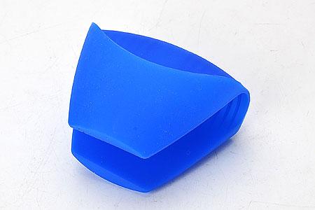 Прихватка Mayer & Boch, силиконовая, цвет: синий, 10,5 x 8 см22081Силиконовая прихватка Mayer & Boch предназначена для защиты рук от ожогов при контакте с горячей посудой. Благодаря удобной форме прихватка не нарушает тактильных ощущений рук в процессе использования и при этом обеспечивает их надежную защиту от высоких температур. Вы с легкостью сможете снять горячую посуду с плиты, извлечь форму для выпекания или противень из разогретого до максимальной температуры духового шкафа или разогретой микроволновой печи. Силиконовая прихватка не плавится, легко моется, не впитывает запахи и жир, не теряет внешнего вида с течением времени, служит долго. Размер прихватки: 10,5 x 8 см.
