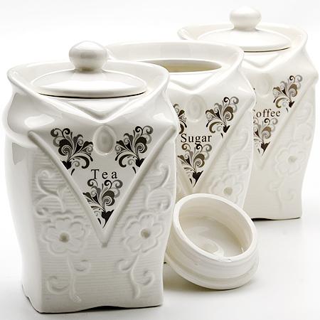 23692 Набор банок 3пр 950мл МВ (х12)23692Банки для хранения сыпучих продуктов 3 пр Материал: Керамика Объем: 950мл х 3 Набор состоит из трех банок для сыпучих продуктов, изготовленных из высококачественной керамики белого цвета. Изделия имеют глазурованную поверхность, что препятствует образованию пятен, ограничивает впитывание влаги и продлевает срок службы. Внешние стенки украшены изящным рельефным орнаментом и изысканным узором. Крышки плотно закрываются. Банки прекрасно подходят для хранения различных сыпучих продуктов: специй, сахара, кофе, чая и т.д. Набор банок для сыпучих продуктов изящно украсит интерьер вашей кухни и удивит вас своим по- королевски роскошным дизайном. Изящные формы и оригинальность исполнения сделают такой набор прекрасным подарком к любому случаю.