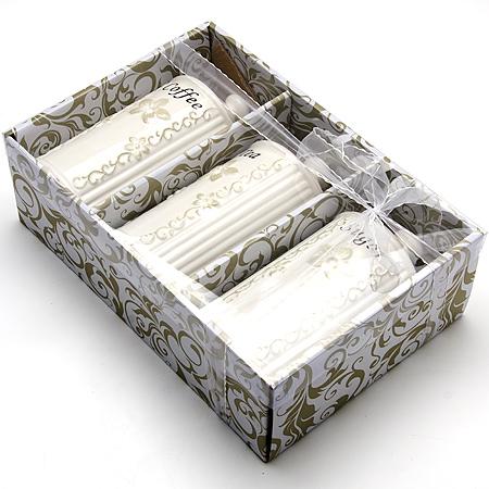 23693 Набор банок 3пр 800мл МВ (х8)23693Банки для хранения сыпучих продуктов 3 пр Материал: Керамика Объем: 800мл х 3 Набор состоит из трех банок для сыпучих продуктов, изготовленных из высококачественной керамики белого цвета. Изделия имеют глазурованную поверхность, что препятствует образованию пятен, ограничивает впитывание влаги и продлевает срок службы. Внешние стенки украшены изящным рельефным орнаментом и изысканным узором. Крышки плотно закрываются. Банки прекрасно подходят для хранения различных сыпучих продуктов: специй, сахара, кофе, чая и т.д. Набор банок для сыпучих продуктов изящно украсит интерьер вашей кухни и удивит вас своим по-королевски роскошным дизайном. Изящные формы и оригинальность исполнения сделают такой набор прекрасным подарком к любому случаю.