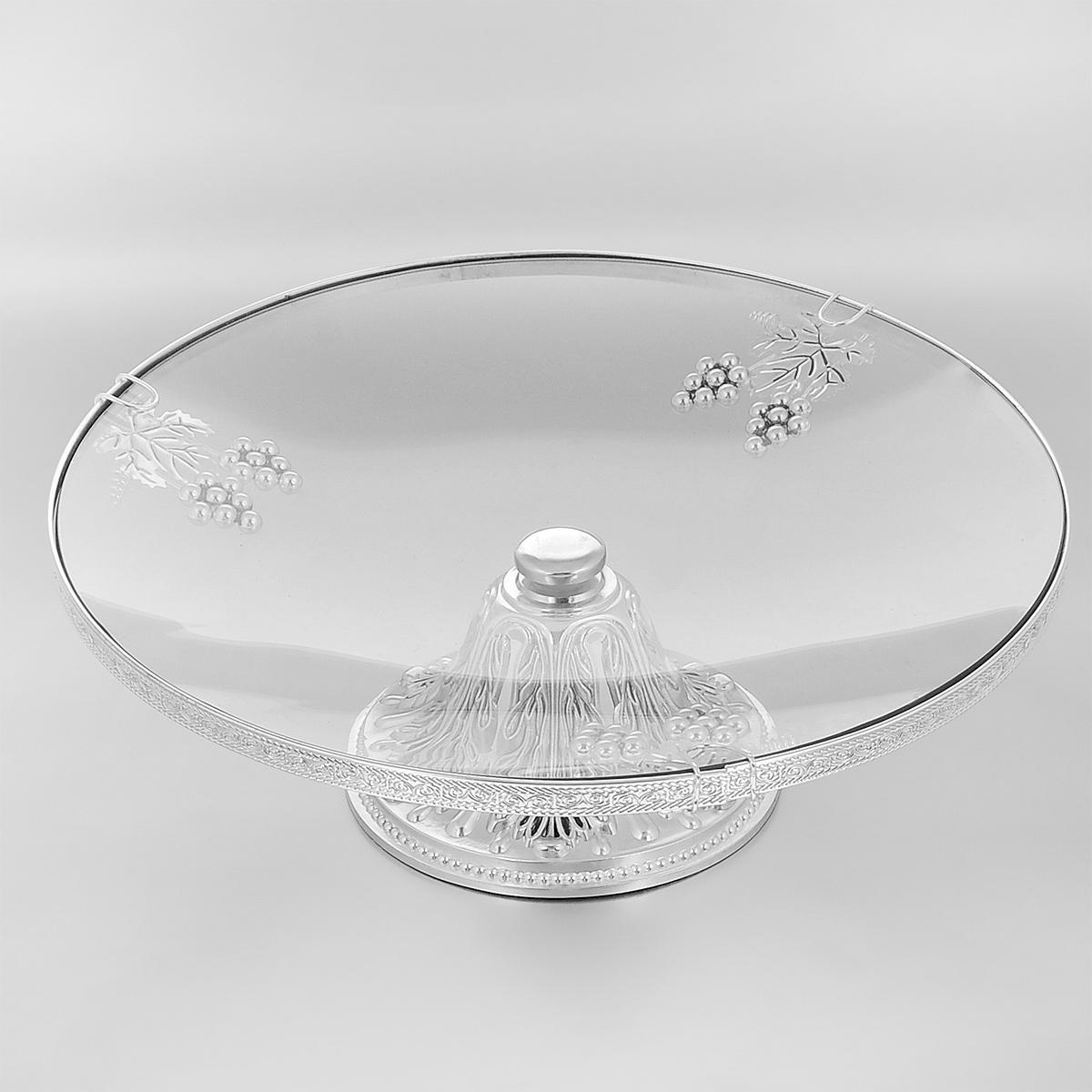 Ваза универсальная Marquis, диаметр 35 см. 7041-MR7041-MRУниверсальная ваза Marquis представляет собой круглое стеклянное блюдо на металлической ножке, выполненной из стали серебряно-никелевым покрытием. Блюдо украшено фигурками виноградных ягод и листьев. Ножка декорирована изысканным рельефом. Ваза прекрасно подойдет для красивой сервировки тортов, конфет, различных пирожных, выпечки и фруктов. Такая ваза придется по вкусу и ценителям классики, и тем, кто предпочитает утонченность и изысканность. Она великолепно украсит праздничный стол и подчеркнет прекрасный вкус хозяина, а также станет отличным подарком. Диаметр блюда: 35 см. Диаметр основания: 16 см. Высота вазы: 13 см.