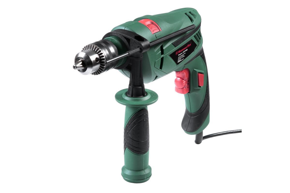 Дрель ударная Hammer Flex UDD900B81880Hammerflex UDD900B — 900-ваттная ударная дрель для использования в быту. Плавно регулируемые обороты (0- 2800 об/мин) позволяют сверлить на оптимальной скорости. С ее помощью можно проделывать отверстия в древесине (25 мм), металле (10 мм), бетоне (13 мм). Благодаря наличию реверса дрель может также служить шуруповертом. Резиновый протектор на рукоятках смягчает вибрацию и делает работу более комфортной. Преимущества модели: Оптимальная скорость для любых материалов (от древесины до камня и бетона) — плавно регулируется путем нажатия на курок; Надежное крепление оснастки - благодаря ключевому патрону; Фиксация пускового курка - удобна при длительном сверлении; Реверс - позволяет выкручивать крепеж (в режиме шуруповерта) либо извлекать застрявшее сверло; Точное сверление - при помощи ограничителя глубины; Комфортный хват - рукоятки покрыты нескользящим покрытием, которое также уменьшает вибрацию.