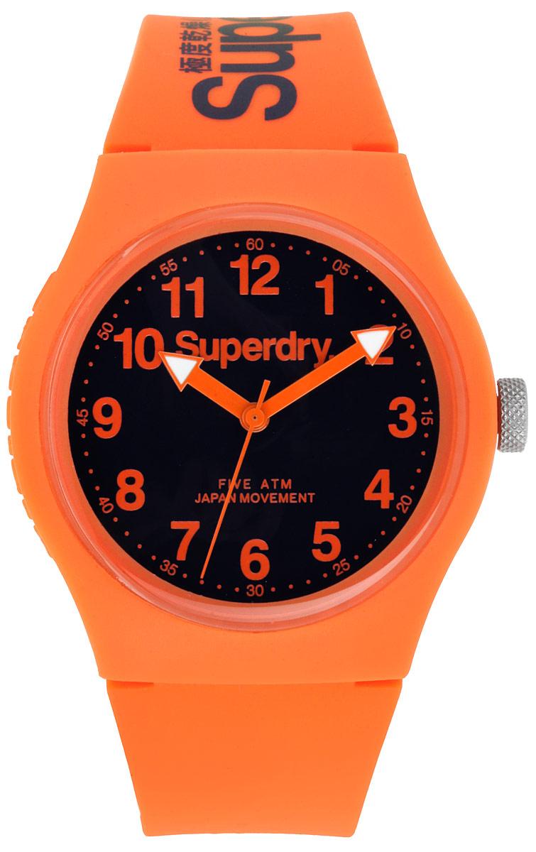 Часы наручные Superdry, цвет: оранжевый. SYG164SYG164OОригинальные женские часы Superdry выполнены из нержавеющей стали, каучука и минерального стекла. Изделие дополнено символикой бренда. Корпус часов выполнен из нержавеющей стали и каучука, дополнен минеральным стеклом и имеет степень влагозащиты равную 5 atm. Оригинальный браслет выполнен из каучука и дополнен практичной пряжкой, которая позволит с легкостью снимать и надевать изделие. Часы поставляются в фирменной упаковке. Часы Superdry подчеркнут отменное чувство стиля у их владельца.