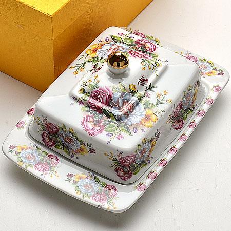 Масленка Mayer & Boch Розы, 20 х 12,5 х 11 см21094Масленка Mayer & Boch Розы, выполненная из высококачественной керамики, предназначена для красивой сервировки и хранения масла. Она состоит из блюда и крышки. Масло в ней долго остается свежим, а при хранении в холодильнике не впитывает посторонние запахи. Масленка Mayer & Boch Розы идеально подойдет для сервировки стола и станет отличным подарком к любому празднику. Можно использовать в микроволновой печи и мыть в посудомоечной машине. Размер блюда: 20 х 12,5 см. Размер крышки: 14 х 11 см.