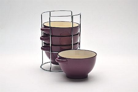 22577 Наб/супниц 4пр на подст 420мл 13,5см МВ (х8)22577Набор бульонниц (4 шт) 5 предметов: - подставка - бульонница (4 шт) Материал: керамика, нержавеющая сталь Цвет: бордо Размер чаши: D13,5 см Размер упаковки: 16,5х17 х 21 см Объем: 420 мл Вес 2,2 кг Для хозяек предпочитающих современный и яркий дизайн, эти супницы будут отличным кухонным сервизом. Чашки цвета бордо сделаны из биокерамики. Сервиз подчеркнет Ваш стиль и индивидуальность. Набор очень удобны в использовании, по бокам чаш расположены ручки, благодаря подставке он очень компактно расположится на вашей кухне.