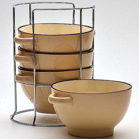 22579 Наб/супниц 4пр на подст 420мл 13,5см МВ (х8)22579Набор бульонниц (4 шт) 5 предметов: - подставка - бульонница (4 шт) Материал: керамика, нержавеющая сталь Цвет: бежевый Размер чаши: D13,5 см Размер упаковки: 16,5х17 х 21 см Объем: 420 мл Вес 2,2 кг Для хозяек предпочитающих современный и яркий дизайн, эти супницы будут отличным кухонным сервизом. Чашки бежевого цвета сделаны из биокерамики. Сервиз подчеркнет Ваш стиль и индивидуальность. Набор очень удобны в использовании, по бокам чаш расположены ручки, благодаря подставке он очень компактно расположится на вашей кухне.