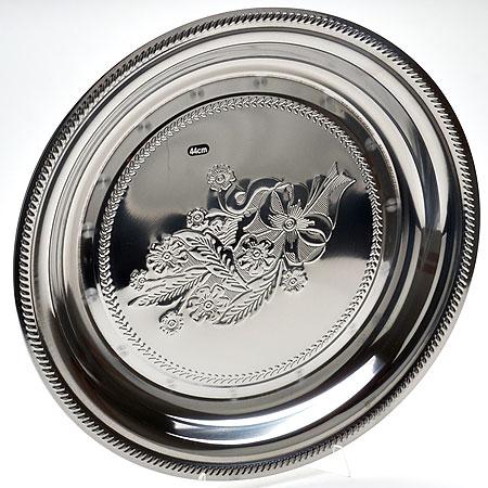 Поднос Mayer & Boch, круглый, диаметр 55 см22722Поднос Mayer & Boch выполнен из высококачественной нержавеющей стали с зеркальной полировкой. Центр подноса оформлен изображением букета цветов, края украшены рисунком в виде резной каймы. Такой поднос отлично подойдет для красивой сервировки фруктов и десертов на праздничном столе. Размер подноса: 55 х 55 х 4,5 см. Диаметр - 55 см.